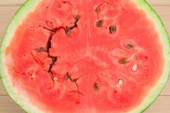 Metade da melancia fresca na tabela de madeira branca Baga vermelha brilhante, um fundo bonito para seu desktop Imagens de Stock Royalty Free