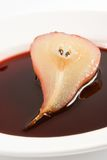 Metade da pera caçada no vinho vermelho Fotografia de Stock