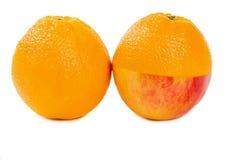 Metade de Apple e uma metade de uma laranja Imagens de Stock