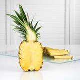 Metade de um abacaxi imagem de stock