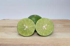 Metade de um limão em de madeira imagens de stock royalty free