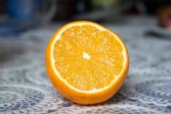 Metade de um limão na toalha de mesa Fotografia de Stock Royalty Free