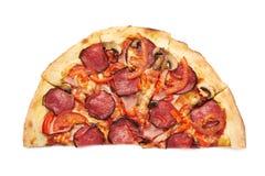 Metade de uma pizza de pepperoni imagem de stock