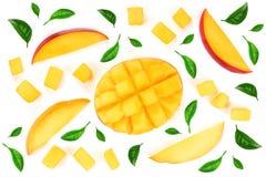 Metade do fruto da manga decorada com as folhas isoladas no close-up branco do fundo Vista superior Configuração lisa Fotos de Stock