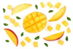 Metade do fruto da manga decorada com as folhas isoladas no close-up branco do fundo Vista superior Configuração lisa Imagens de Stock Royalty Free