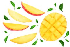 Metade do fruto da manga decorada com as folhas isoladas no close-up branco do fundo Vista superior Configuração lisa Imagem de Stock