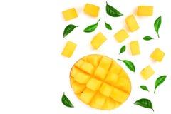 Metade do fruto da manga decorada com as folhas isoladas no fundo branco com espaço da cópia para seu texto Vista superior Config Imagens de Stock