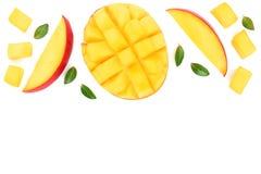 Metade do fruto da manga decorada com as folhas isoladas no fundo branco com espaço da cópia para seu texto Vista superior Config Imagem de Stock