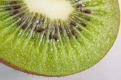 Metade do fruto de quivi fotografia de stock royalty free