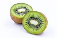 A metade do fruto de quivi isolada no branco isolou o fundo Imagens de Stock Royalty Free