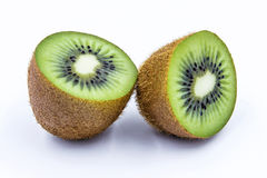 Metade do fruto de quivi isolada no fundo branco Foto de Stock