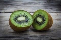 Metade do fruto de quivi na tabela de madeira Fotografia de Stock