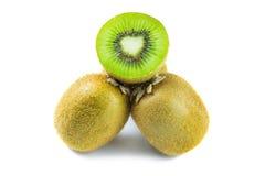 Metade do fruto e da separação de quivi isolada no branco fotos de stock