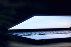 Metade do portátil aberta Imagens de Stock