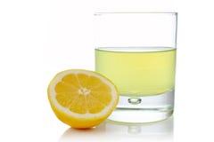 Metade e vidro do limão fresco fotografia de stock