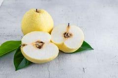 A metade fresca do fruto da pera do nashi cortou no fundo branco fotografia de stock royalty free