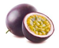 Metade inteira do maraquia do fruto de paixão isolada no fundo branco foto de stock royalty free