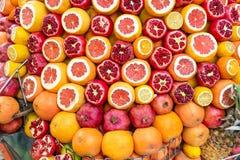 A metade madura e suculenta descascou romã, laranjas apronta-se para ser espremida para o suco fresco Istambul, Turquia no verão fotos de stock royalty free