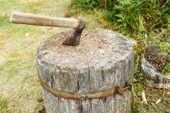 Metade-oxidado velho do machado foto de stock royalty free