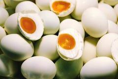 Metade salgada dos ovos do pato cortada para a venda no mercado de Tailândia fotos de stock royalty free