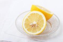 Metade suculenta de um limão no prato de cristal Imagens de Stock Royalty Free