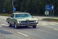 Metade velha dos carros segundos do século XX em estradas de Europa pontiac Fotografia de Stock Royalty Free