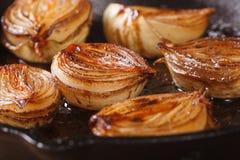 metades caramelizadas da cebola com vinagre balsâmico em uma bandeja Fotos de Stock Royalty Free