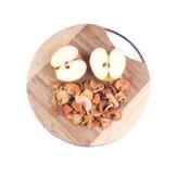 Metades de maçãs frescas e secadas foto de stock royalty free