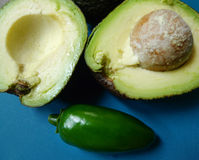 Metades do abacate com poço ou semente e e Jalapeno Fotografia de Stock Royalty Free