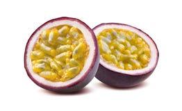 Metades do fruto de paixão 2 de Maraquia isoladas no fundo branco foto de stock