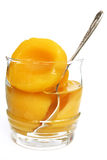 Metades dos pêssegos em um xarope doce em um vidro Imagem de Stock Royalty Free