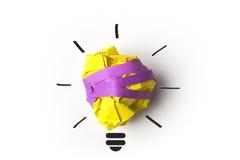Metafora della lampadina della carta di concetto di ispirazione per  Fotografie Stock Libere da Diritti