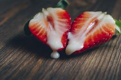 Metaforen av könsbestämmer med jordgubbar på en trätabell royaltyfri bild