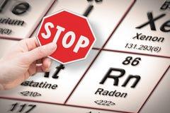 Metais pesados da parada - imagem do conceito com a mão que mantém um sinal da parada contra um elemento químico do rádon com a t foto de stock royalty free