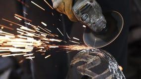 Metalúrgico de Sparks Old do moedor de ângulo que corta o metal velho usando a máquina de moedura angular filme