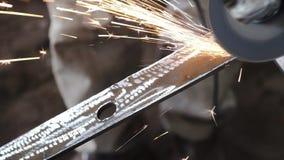Metalúrgico de Sparks Old do moedor de ângulo que corta o metal velho usando a máquina de moedura angular vídeos de arquivo