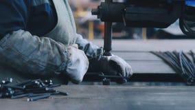 Metalúrgico profissional para criar a construção do metal das barras de aço na fábrica video estoque