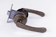 Metal аксессуары для дверей на белой предпосылке Стоковая Фотография