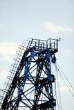 Metal башня извлечения газа и масла против неба Стоковое фото RF