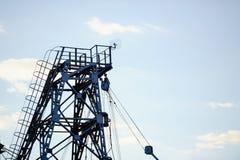 Metal башня извлечения газа и масла против неба Стоковые Фото