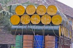 Metal бочонки штабелированные на тележке, южной Индии Стоковые Изображения
