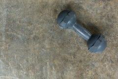 Metal гантель на поле цемента, спорт фитнеса культуризма Стоковое Фото