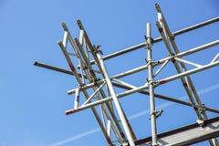 Metal леса в предпосылке здания и голубого неба Стоковое фото RF
