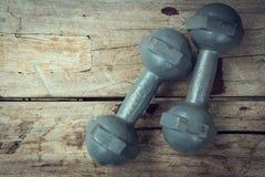Metal железная гантель на деревянном спорте культуризма фитнеса Стоковые Фотографии RF