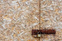 Metal замок на абстрактной chippings обжатых предпосылкой деревянных b Стоковая Фотография RF