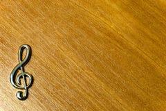 Metal знак дискантового ключа изолированный на деревянной предпосылке Стоковое фото RF