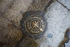 Metal знак для пешего похода врезанного в мостоваой Стоковое Изображение