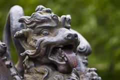 Metal диаграмма, который подогнали дракона на мосте в парке Александра Tsarskoye Selo, Санкт-Петербург, Россия Стоковая Фотография RF