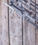 Metal инструменты ключа ржавые лежа на черном деревянном столе Молоток, зубило, hacksaw, ключ металла скопируйте космос Стоковые Изображения