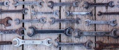 Metal инструменты ключа ржавые лежа на черном деревянном столе Молоток, зубило, hacksaw, ключ металла Пакостный комплект ручных р Стоковое Изображение
